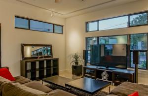 2811 Crest living room